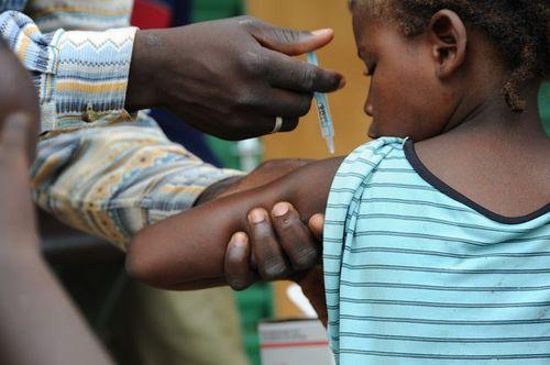 Photo: Child receives MenAfriVac™ shot in Burkina Faso