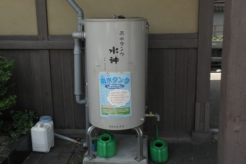 Photo : Rainwater tank at Omuronin-naji station.