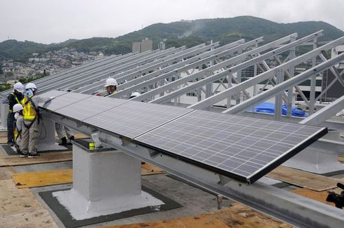 写真:Install solar panels on the Public Works building roof