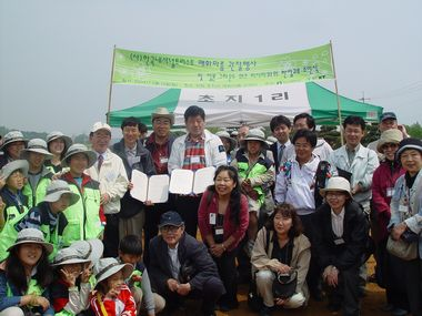 "JFS/Restoration of the Rare Mishima Baikamo Plant, Exchange with Korean NGO: Flowering Initiatives by ""Groundwork Mishima"""