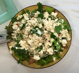 写真:缶詰のサバと豆腐と小エビをマヨネーズとレモン汁で和えたサラダ