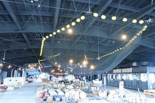 写真:天井から吊された越中式定置網